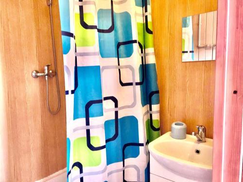 "A bathroom at ""Солнечная горка"""