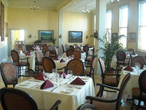 A restaurant or other place to eat at Windsor Hotel & Restaurant