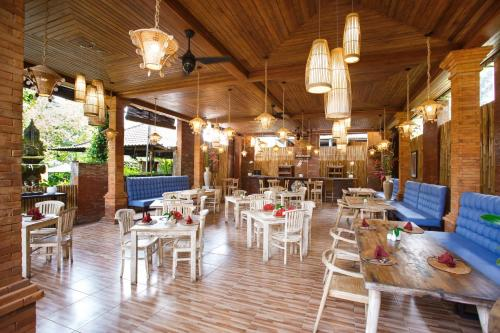 A restaurant or other place to eat at Ubud Raya Villa