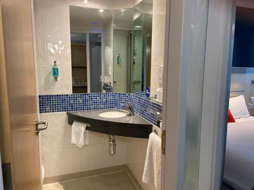 A bathroom at Holiday Inn Express Ramsgate – Minster