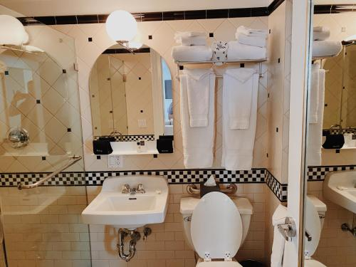 A bathroom at Hotel Scherman
