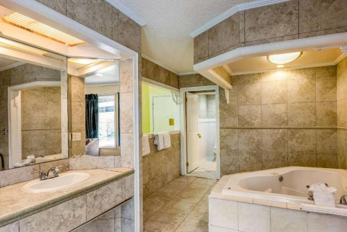 A bathroom at Econo Lodge Beach and Boardwalk