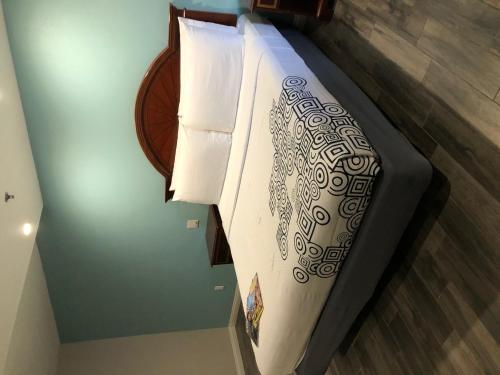 A bed or beds in a room at Wave Hotel Manhattan Beach