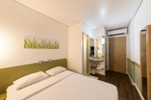 A bed or beds in a room at Ibis Budget Manaus