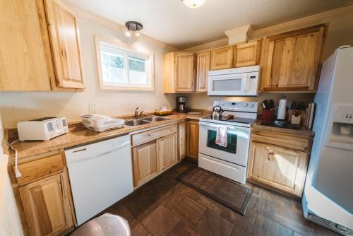 A kitchen or kitchenette at Yellowstone Gateway Inn