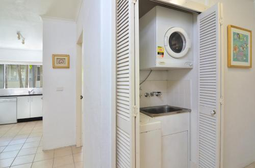A kitchen or kitchenette at Seascape Holidays - Driftwood Mantaray