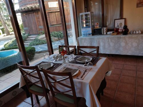 Restaurant o un lloc per menjar a Hostal del Senglar