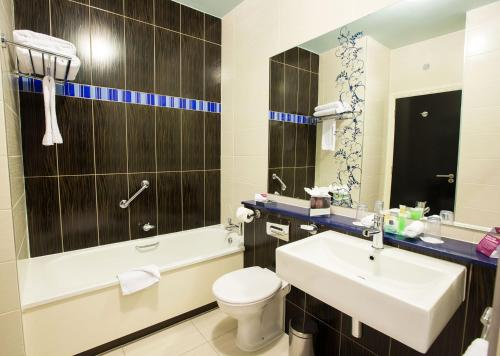 A bathroom at Crowne Plaza Dublin Blanchardstown