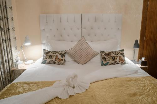 A bed or beds in a room at Beach House B&B