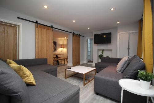 BELMORE PLACE, CHARMING MEWS HOUSE, TOWN CENTRE