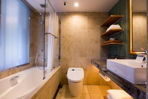 A bathroom at Highland Resort Hotel & Spa