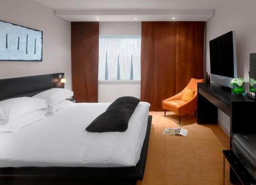 A bed or beds in a room at Radisson Blu Hotel, Liverpool
