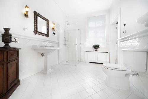 A bathroom at Apartamenty Carskie