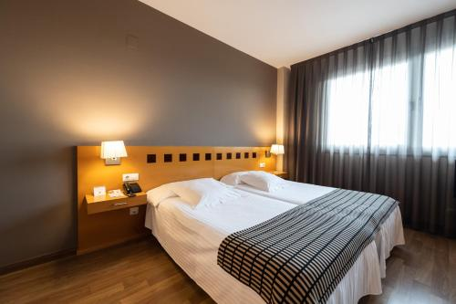 A bed or beds in a room at Mercure Atenea Aventura