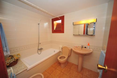 A bathroom at Bungalows Castellmar Orange Costa
