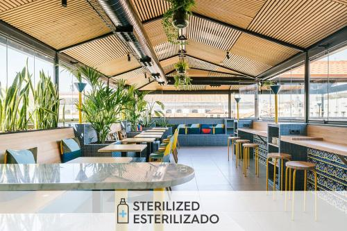 A restaurant or other place to eat at SLEEP'N Atocha - B Corp Certified