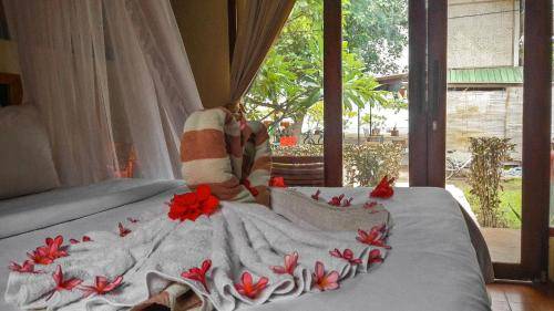 A bed or beds in a room at Salili Bungalow