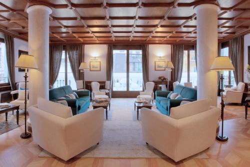 A seating area at Grand Hôtel des Alpes