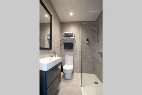 A bathroom at Blackbird Luxury Apartments Room 5