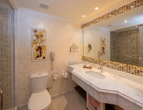 حمام في Amwaj Oyoun Resort & Casino