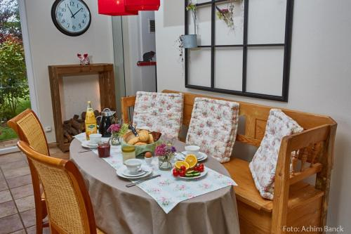 A restaurant or other place to eat at Heike´s Frühstückspension