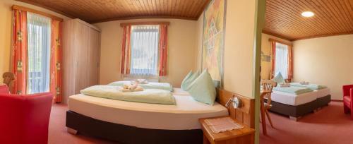 Ein Bett oder Betten in einem Zimmer der Unterkunft Hotel Landhof Simeter