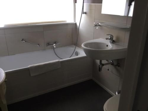 A bathroom at Pauls Hotel