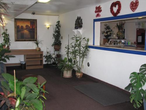 The lobby or reception area at Valley Inn Fresno