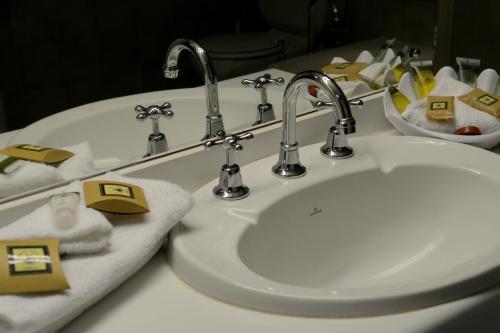 A bathroom at Club Inn Motel