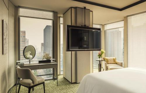 A television and/or entertainment centre at Four Seasons Hotel Seoul