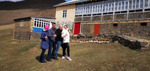 Família ficando em Xinaliq Qonaq Evi