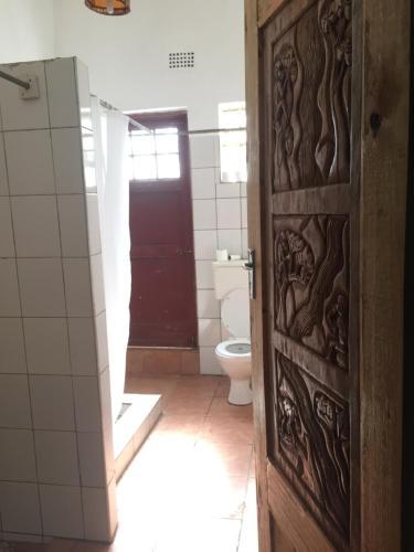 Een badkamer bij Pakachere Backpackers Lodge