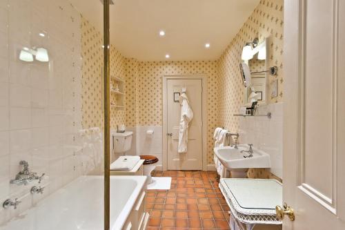 A bathroom at Bodysgallen Hall and Spa