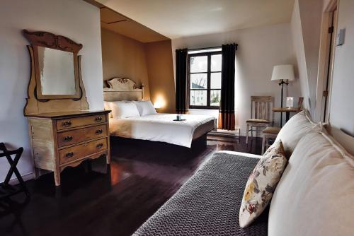 A bed or beds in a room at Auberge le 112