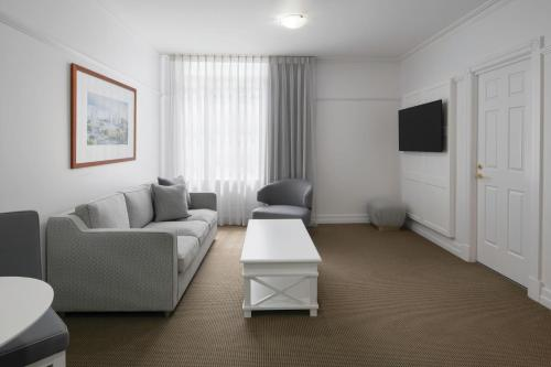 A seating area at Adina Apartment Hotel Brisbane Anzac Square
