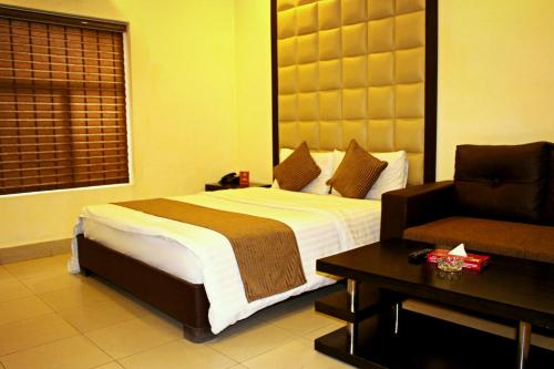 A bed or beds in a room at Hotel Akbar International