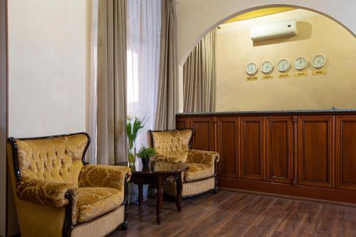 The lobby or reception area at Bridge Hotel