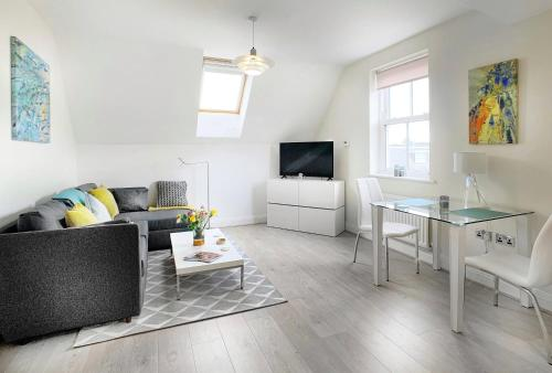 Modern 1 bed flat in central Windsor with gated parking