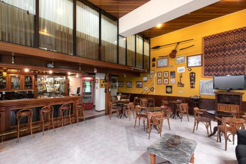 A restaurant or other place to eat at Hotel Flat Petras Residence