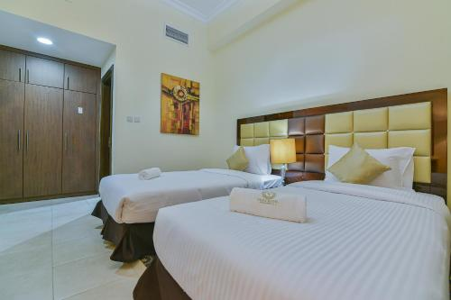 A bed or beds in a room at VISTA HOTEL APARTMENTS DELUXE
