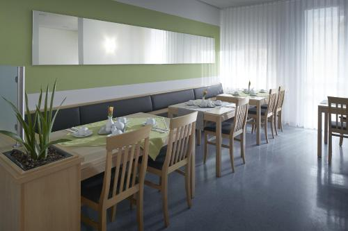 A restaurant or other place to eat at bfwhotel und Tagungszentrum