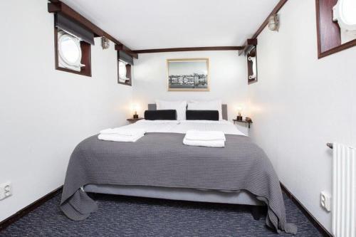 A bed or beds in a room at Mälardrottningen Yacht Hotel & Restaurant