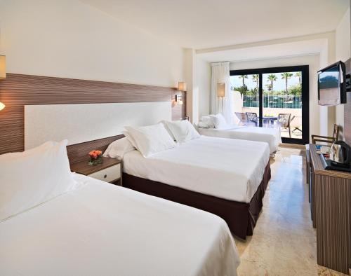 Cama o camas de una habitación en H10 Cambrils Playa