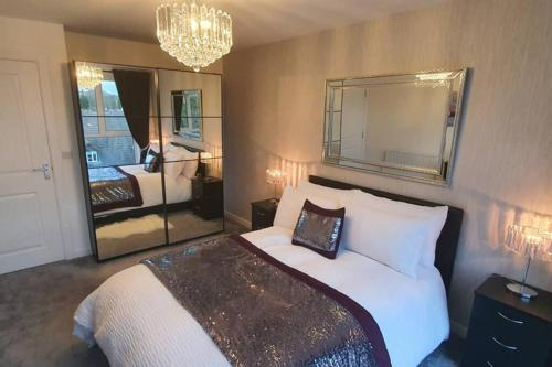 A bed or beds in a room at The Copper Pan-Elegant Apartment in Hemel Center