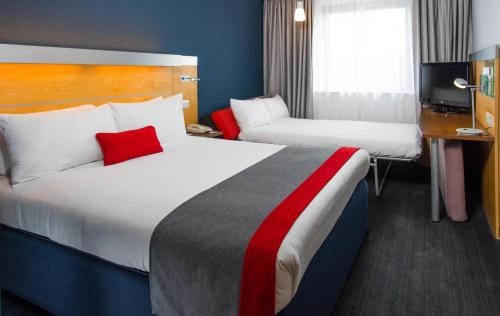 A bed or beds in a room at Holiday Inn Express Hemel Hempstead