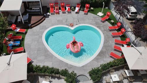 Vista sulla piscina di Hotel Sabrina Rimini o su una piscina nei dintorni