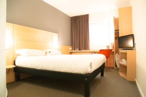 A bed or beds in a room at ibis Hull City Centre