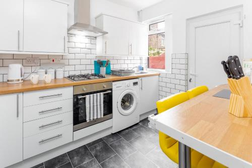 A kitchen or kitchenette at ! Everton Guest House - BRAND NEW - 5 min to EFC & LFC - FREE parking - 3 x Smart TVs !