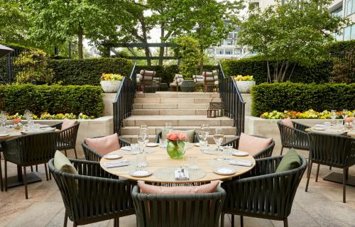 A restaurant or other place to eat at Four Seasons Hotel London at Park Lane