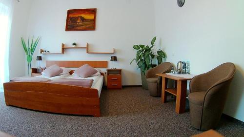 Łóżko lub łóżka w pokoju w obiekcie Hotel Pod Trzema Różami